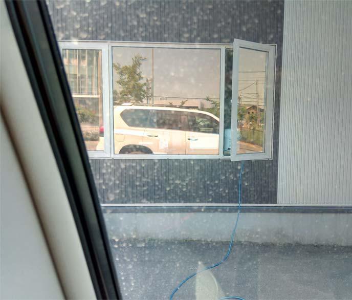 室内から見たフロントウィンドウのウロコ汚れ