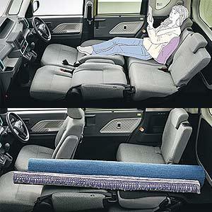 シートを倒せば足をのばして休憩したり長尺物を運ぶことも可能!