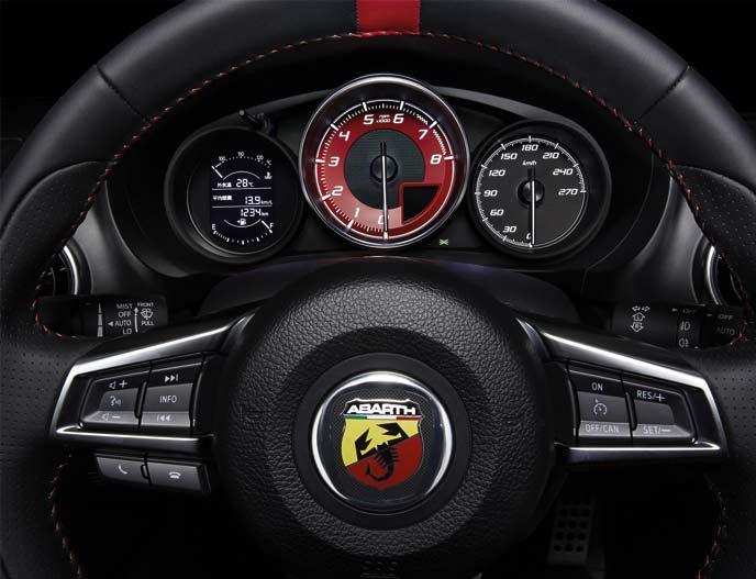 アバルト124スパイダーのメーター周りとオーディオコントローラー付きスポーツレザーステアリング