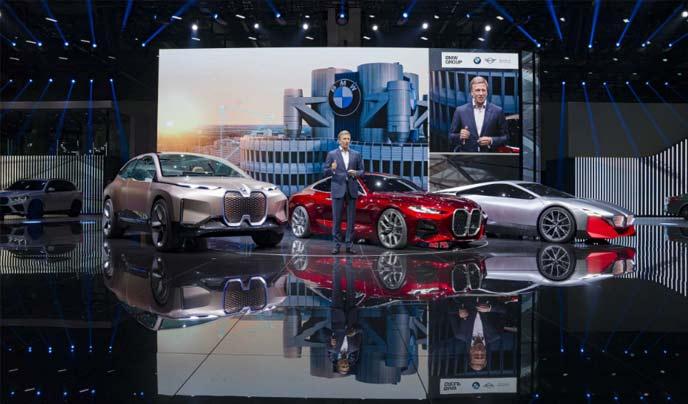 コンセプトカー「ヴィジョンiNEXT」(左)がフランクフルトモーターショー2019で発表