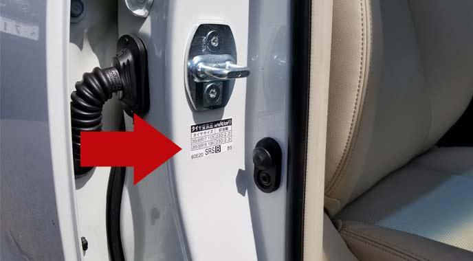 タイヤの適正空気圧は車のドアの内側に記載されている