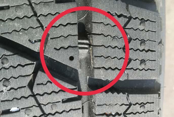 プラットホームが露出した状態のスタッドレスタイヤ