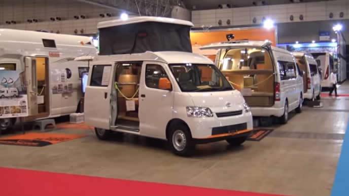 キャンピングカーを展示するジャパンキャンピングカーショーの様子
