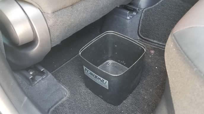 車に設置してあるゴミ箱