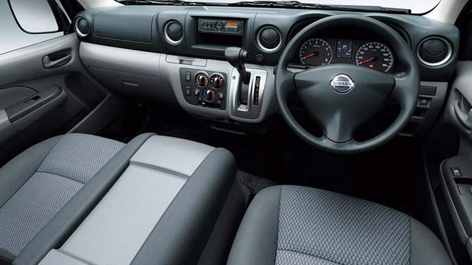 NV350キャラバンのワゴンDX(2WD・ガソリン)のコックピット