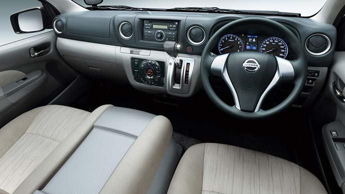 NV350キャラバンのワゴンGX(2WD・ガソリン)ロングボディのコックピット