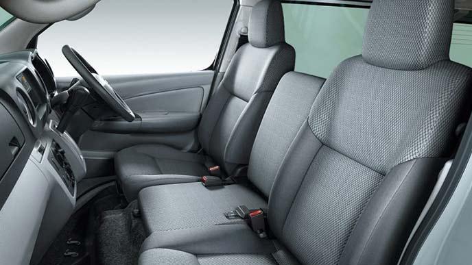 NV350キャラバンのバンDX(2WD・ガソリン)のシート