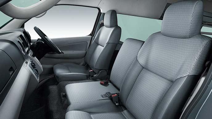 NV350キャラバンのバンDX(4WD・ディーゼルターボ)のシート
